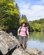 Frau am Flussufer