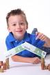 Kind mit seinen Ersparnissen