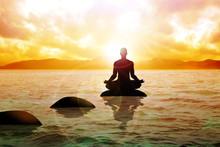 Eine Figur Mann meditiert auf ruhigem Wasser bei Sonnenaufgang