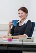 Frau macht eine Kaffeepause