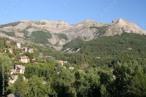 Allos dominée par la Roche Cline (alt 2415 m)