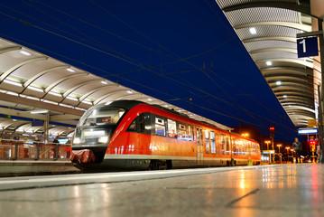 Nahverkehrszug am Bahnhof Kaiserslautern bei Nacht