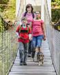 Familie auf einer Hängebrücke