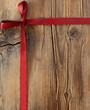 rote Schleife auf Holz