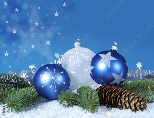 Blau-weiß-silber Weihnachtsdeko mit Sternen