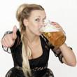 Frau trinkt eine Maß