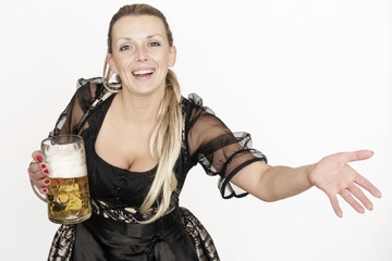 Frau mit Dirndl und Bierkrug
