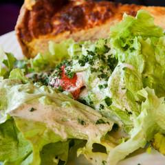 salade et quiche loraine