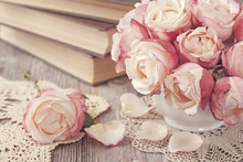 Różowe róże i stare książki
