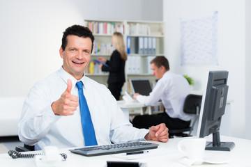 erfolgreicher businessmann zeigt daumen nach oben