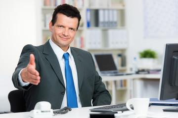 berater begrüßt seinen kunden