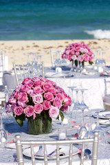 Vaso di rose su tavolo per matrimonio
