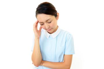 不安な表情の看護師