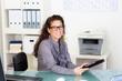 freundliche sekretärin mit brille