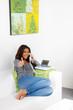 jugendliche führt erfolgreiches telefongespräch