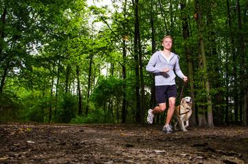 mann geht mit seinem hund joggen