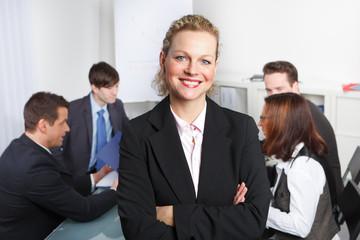 seminarleiterin steht vor ihrem team