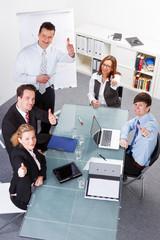 glücklich motivierte mitarbeiter
