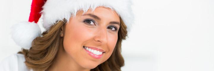 hübsche junge frau mit weihnachtsmütze
