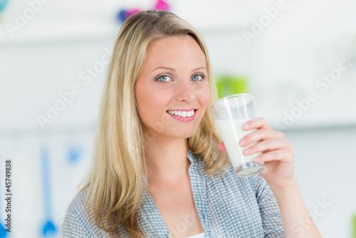 junge frau hat ein glas milch in der hand