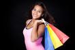 teenager mit einkaufstüten über den schultern