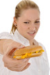 Junge Frau mit Cheeseburger