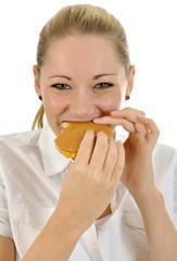 Junge Frau isst Cheeseburger