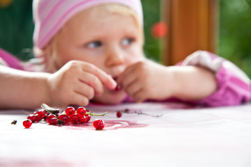Kind mit Johannisbeeren
