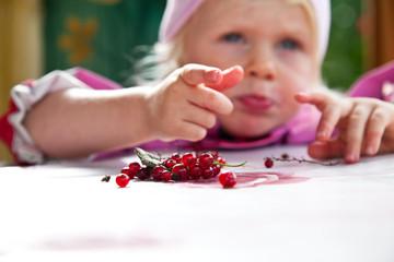 Kind mit Beeren
