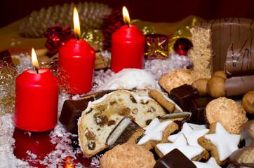 Adventsgebäck im Kerzenschein