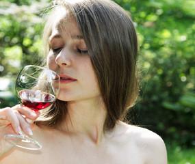 Mädchen beim Weintrinken