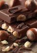 Schokolade mit Haselnüssen Hochformat