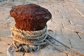 Poler - stary metalowy pachołek do cumowani łodzi