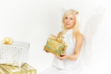 Charmanter Weihnachtsengel mit Geschenken