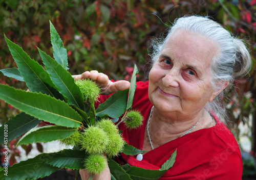 Seniorin mit Kastanien