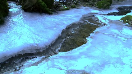 Wegen winterlicher Eiseskälte zugefrorener Bach