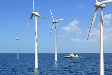 Windräder auf See mit kreuzendem Schiff