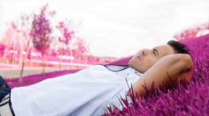 retrato de hombre tumbado en la hierba