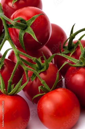 Ein paar Cherrytomaten freigestellt vor weissem Hintergrund
