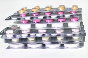 Surtido de fármacos y medicinas de diversas formas y colores