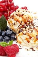 gelato di crema con nocciole e frutti di bosco