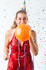 Frau hat Geburtstag und pusten Luftballon auf