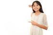 ホワイトボードを指差し微笑む女の子