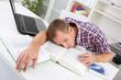 Schulstress - junger Mann restlos überfordert