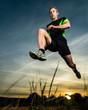 Springender Mann im Sonnenuntergang