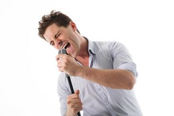 Homme chantant avec passion