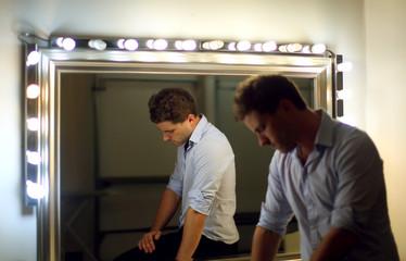 Homme pensif près d'un miroir