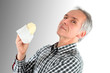 Mann isst Butter