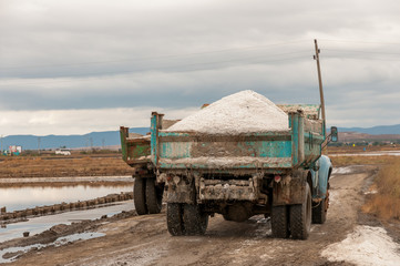 Extraction of salt from the salt lakes