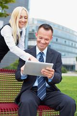 Mann und Frau mit Tablet Computer